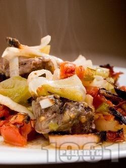 Сочно телешко месо със зеленчуци (лук, домат, чушки сиврия) печено в глинен гювеч / гърне - снимка на рецептата